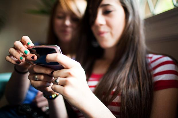 girl-with smartphone buying smartphone smartphone features_classiblogger_image